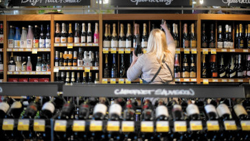 ct-englewood-whole-foods-wine-1001-biz-20150930